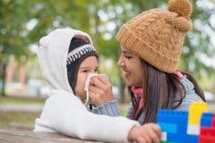 Μητέρα φυσώντας μύτη της κόρης της στοκ εικόνες
