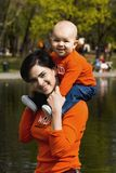 μητέρα 2 μωρών υπαίθρια Στοκ φωτογραφίες με δικαίωμα ελεύθερης χρήσης