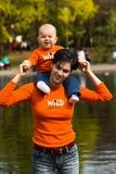μητέρα 4 μωρών υπαίθρια Στοκ Φωτογραφίες
