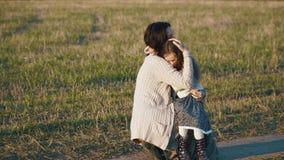 Μητέρα soothes αυτή που φωνάζει λίγη κόρη στον αγροτικό δρόμο στο ηλιοβασίλεμα φιλμ μικρού μήκους