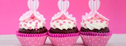 Μητέρων ημέρας ρόδινο και άσπρο έμβλημα MEDIA cupcakes κοινωνικό Στοκ εικόνες με δικαίωμα ελεύθερης χρήσης