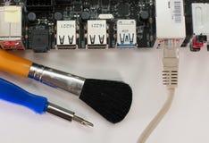 Μητρική κάρτα με ένα δίκτυο καλωδιακό σε το και τα εργαλεία για την επισκευή Στοκ Φωτογραφία
