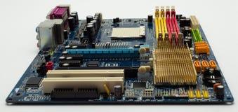 Μητρική κάρτα με την ορατή αυλάκωση συνδετήρων PCI σαφή, heatsink, αυλάκωση μνήμης, υποδοχή ΚΜΕ στο μπλε στοκ φωτογραφίες