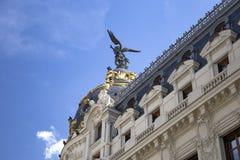 Μητρόπολη - ένα από τα ομορφότερα κτήρια στη Μαδρίτη, Ισπανία με το δραματικό μπλε νεφελώδη ουρανό στο υπόβαθρο στοκ εικόνες