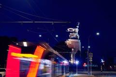 Μητρόπολη δημόσιων συγκοινωνιών, κυκλοφορία και μουτζουρωμένο τραίνο φω'των τη νύχτα στοκ εικόνα