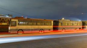 Μητρόπολη μεταφορών, κυκλοφορία και μουτζουρωμένα φω'τα στοκ εικόνα με δικαίωμα ελεύθερης χρήσης