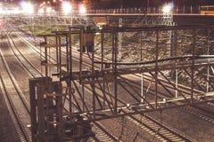 Μητρόπολη σιδηροδρόμων με έναν αναπτυγμένο φωτισμό υποδομής και νύχτας στοκ εικόνες
