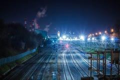 Μητρόπολη σιδηροδρόμων με έναν αναπτυγμένο φωτισμό υποδομής και νύχτας στοκ φωτογραφία