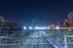 Μητρόπολη σιδηροδρόμων με έναν αναπτυγμένο φωτισμό υποδομής και νύχτας στοκ εικόνες με δικαίωμα ελεύθερης χρήσης