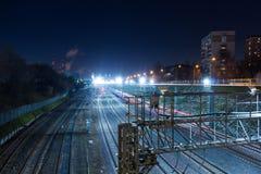 Μητρόπολη σιδηροδρόμων με έναν αναπτυγμένο φωτισμό υποδομής και νύχτας στοκ φωτογραφίες