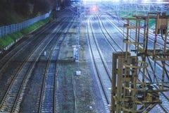 Μητρόπολη σιδηροδρόμων με έναν αναπτυγμένο φωτισμό υποδομής και νύχτας στοκ φωτογραφία με δικαίωμα ελεύθερης χρήσης