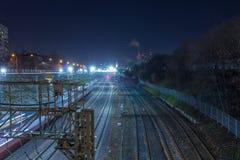 Μητρόπολη σιδηροδρόμων με έναν αναπτυγμένο φωτισμό υποδομής και νύχτας στοκ εικόνα με δικαίωμα ελεύθερης χρήσης