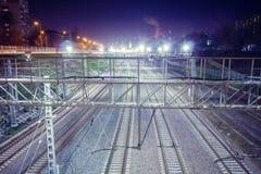 Μητρόπολη σιδηροδρόμων με έναν αναπτυγμένο φωτισμό υποδομής και νύχτας στοκ εικόνα