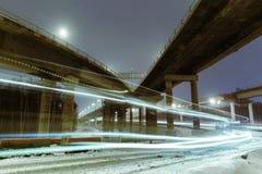 Μητρόπολη μεταφορών, κυκλοφορία και μουτζουρωμένα φω'τα στοκ εικόνες με δικαίωμα ελεύθερης χρήσης