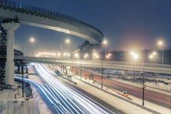 Μητρόπολη μεταφορών, κυκλοφορία και μουτζουρωμένα φω'τα στοκ φωτογραφίες
