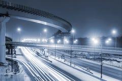 Μητρόπολη μεταφορών, κυκλοφορία και μουτζουρωμένα φω'τα στοκ φωτογραφία