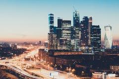 Μητρόπολη μεταφορών, κυκλοφορία και μουτζουρωμένα φω'τα στοκ εικόνες