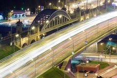 Μητρόπολη μεταφορών, κυκλοφορία και μουτζουρωμένα φω'τα στοκ φωτογραφίες με δικαίωμα ελεύθερης χρήσης