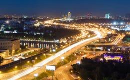 Μητρόπολη μεταφορών, κυκλοφορία και μουτζουρωμένα φω'τα στοκ εικόνα