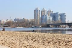 Μητρόπολη στις όχθεις του ποταμού στοκ φωτογραφία με δικαίωμα ελεύθερης χρήσης
