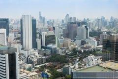 μητρόπολη της Μπανγκόκ, εικονική παράσταση πόλης οριζόντων, άποψη κεντρικός με το νεαρό δικυκλιστή στοκ φωτογραφίες με δικαίωμα ελεύθερης χρήσης