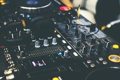 Μηχάνημα αναπαραγωγής CD και αναμίκτης του DJ με τα ακουστικά του DJ Στοκ φωτογραφίες με δικαίωμα ελεύθερης χρήσης