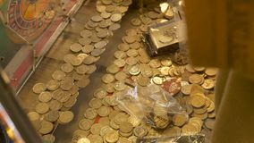 Μηχάνημα τυχερών παιχνιδιών με κέρματα χαρτοπαικτικών λεσχών που γεμίζουν με βρετανικές 10 πένες νομισμάτων Στοκ Εικόνες