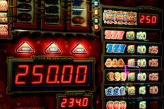 Μηχάνημα τυχερών παιχνιδιών με κέρματα για, βρετανικό νόμισμα Στοκ Φωτογραφίες