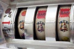 Μηχάνημα τυχερών παιχνιδιών με κέρματα με το τζακ ποτ τριών κουδουνιών Στοκ εικόνες με δικαίωμα ελεύθερης χρήσης