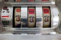 Μηχάνημα τυχερών παιχνιδιών με κέρματα με το τζακ ποτ τριών κουδουνιών Στοκ Εικόνες
