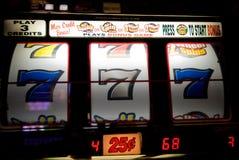 Μηχάνημα τυχερών παιχνιδιών με κέρματα χαρτοπαικτικών λεσχών Στοκ Φωτογραφίες