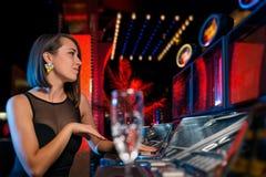 Μηχάνημα τυχερών παιχνιδιών με κέρματα Στοκ φωτογραφίες με δικαίωμα ελεύθερης χρήσης