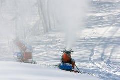 μηχανές που γίνονται το χιόνι ατόμων στοκ φωτογραφία με δικαίωμα ελεύθερης χρήσης