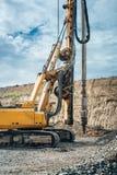 μηχανήματα εγκαταστάσεων γεώτρησης διατρήσεων στο εργοτάξιο οικοδομής εθνικών οδών Λεπτομέρειες κατασκευής οδογεφυρών και στυλοβα Στοκ Φωτογραφία