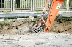 Μηχανήματα εκσκαφέων εκσακαφέων που σκάβουν μια τάφρο στην οδό για τη νέα σωλήνωση Στοκ εικόνες με δικαίωμα ελεύθερης χρήσης