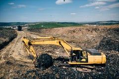 μηχανήματα εκσκαφέων που σκάβουν και που λειτουργούν στο εργοτάξιο οικοδομής Στοκ φωτογραφία με δικαίωμα ελεύθερης χρήσης