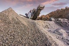 Μηχανήματα εργοστασίου επεξεργασίας και πετρών για το μετασχηματισμό του στο αμμοχάλικο στοκ φωτογραφία