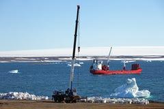 Μηχανήματα και σκάφος κατασκευής στην Αρκτική Στοκ Εικόνες