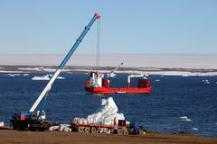 Μηχανήματα και σκάφος κατασκευής στην Αρκτική Στοκ φωτογραφία με δικαίωμα ελεύθερης χρήσης