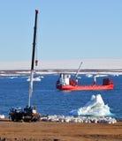 Μηχανήματα και σκάφος κατασκευής στην Αρκτική Στοκ εικόνα με δικαίωμα ελεύθερης χρήσης