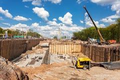 Μηχανήματα κατασκευής στην κατασκευή του νέου αυτοκινητόδρομου στο SU Στοκ Εικόνες
