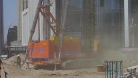 Μηχανήματα τρυπανιών που λειτουργούν στο εργοτάξιο οικοδομής & που αυξάνουν την άμμο απόθεμα βίντεο