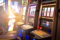 Μηχανήματα τυχερών παιχνιδιών με κέρματα σε μια χαρτοπαικτική λέσχη Στοκ Εικόνες