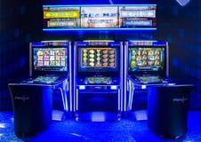 Μηχανήματα τυχερών παιχνιδιών με κέρματα τυχερού παιχνιδιού σε μια χαρτοπαικτική λέσχη Στοκ Εικόνες