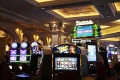Μηχανήματα τυχερών παιχνιδιών με κέρματα χαρτοπαικτικών λεσχών Στοκ Φωτογραφίες