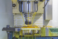Μηχανή άλεσης CNC με το ψυκτικό μέσο πετρελαίου στοκ φωτογραφία με δικαίωμα ελεύθερης χρήσης