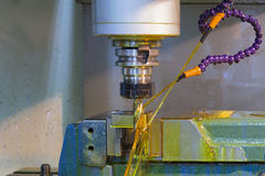 Μηχανή άλεσης CNC με το ψυκτικό μέσο πετρελαίου στοκ φωτογραφίες