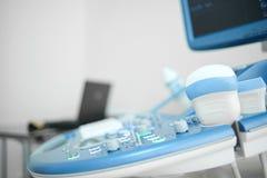 Μηχανή ανίχνευσης υπερήχου στην κλινική Στοκ εικόνα με δικαίωμα ελεύθερης χρήσης