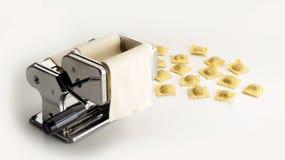 Μηχανή ανοξείδωτου που ισιώνουν, που γεμίζουν και ιταλικά ζυμαρικά περικοπών δίπλα σε μερικά ravioli δείγματα στοκ εικόνα