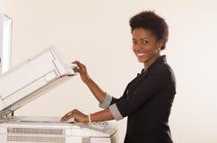 Μηχανή αντιγράφων δισκέτας εργασίας γυναικών γραφείων Στοκ Εικόνα